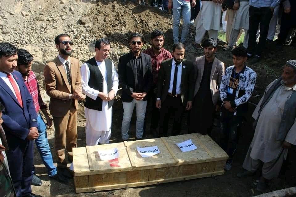دفن تابوت نمادین جنگ؛ فعالان مدنی در کابل خواهان برقراری آتشبس فوری هستند